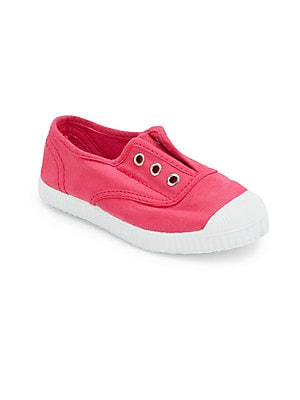 Image of Comfy canvas slip-on sneakers for a sporty look Cap toe Slip-on style Canvas upper Canvas lining Rubber sole Made in Spain. Children's Wear - Children's Shoes. Cienta. Color: Fuchsia. Size: 33 EU/ 1.5 US (Child).